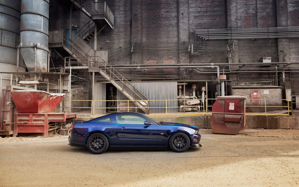 blue-ford-mustang-rtr-parked-in-front-of-a-factory-51929-2880x1800.jpg