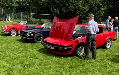 Neil checking out the missing trim on the TR7 or is it TR8, TTU's chrome not standing a chance against the bling of the TR3a